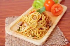Espaguetis picantes sofritos con el pollo Estilo tailandés Imágenes de archivo libres de regalías