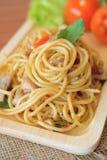 Espaguetis picantes sofritos con el pollo Estilo tailandés Fotos de archivo
