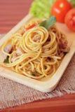 Espaguetis picantes sofritos con el pollo Estilo tailandés Fotografía de archivo