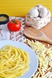 Espaguetis, queso, tomate, orégano y ajo fotos de archivo libres de regalías
