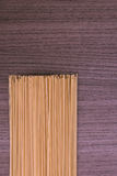 Espaguetis sobre la madera imagen de archivo