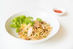 Espaguetis sofritos con el pollo y el huevo y huevo Fotos de archivo libres de regalías