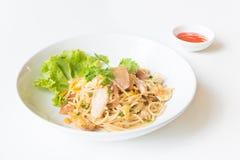 Espaguetis sofritos con el pollo y el huevo y huevo Foto de archivo libre de regalías