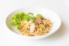 Espaguetis sofritos con el pollo y el huevo y huevo Fotografía de archivo