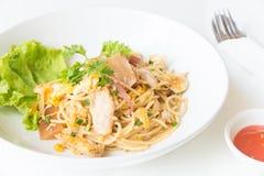 Espaguetis sofritos con el pollo y el huevo y huevo Fotos de archivo