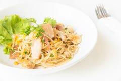 Espaguetis sofritos con el pollo y el huevo y huevo Imagenes de archivo