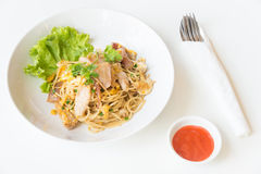 Espaguetis sofritos con el pollo y el huevo y huevo Imagen de archivo