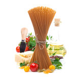 Espaguetis, tomates, aceite de oliva y queso parmesano integrales Fotos de archivo libres de regalías