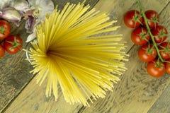 Espaguetis, tomates y ajo fotografía de archivo