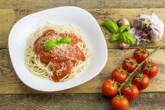 Espaguetis, tomates y ajo imagen de archivo libre de regalías