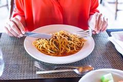 Espaguetis un la boloñés en la placa blanca imágenes de archivo libres de regalías
