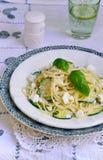 Espaguetis vegetarianos de la ensalada de pasta con el calabacín Imagen de archivo