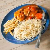 Espaguetis y guisado de pollo Fotos de archivo libres de regalías