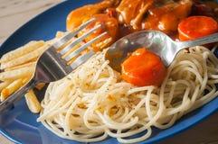 Espaguetis y guisado de pollo Imagen de archivo libre de regalías