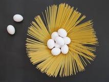 Espaguetis y huevo, espaguetis, huevo, un huevo y pastas, pastas, pastas largas, pastas largas imagen de archivo libre de regalías