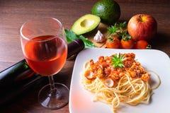 Espaguetis y pastas italianas con el vino imagen de archivo libre de regalías