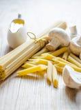 Espaguetis y penne Fotografía de archivo
