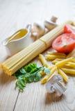 Espaguetis y penne Fotos de archivo
