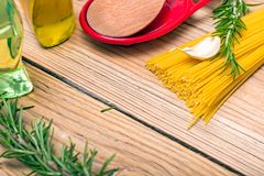 Espaguetis y romero imagenes de archivo