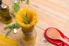Espaguetis y romero imagen de archivo