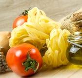 Espaguetis y tomates con las hierbas Fotografía de archivo