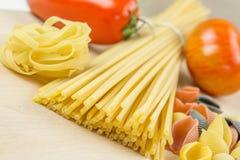 Espaguetis y tomates con las hierbas Fotografía de archivo libre de regalías