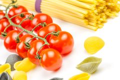 Espaguetis y tomates con las hierbas Foto de archivo