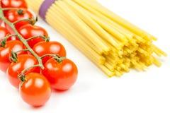 Espaguetis y tomates con las hierbas Fotos de archivo libres de regalías