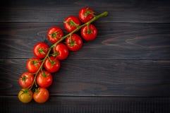 Espaguetis y tomates italianos de las pastas con las hierbas en una tabla de madera Fotos de archivo