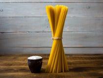 Espaguetis y una harina fotografía de archivo