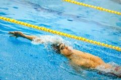 espalda masculina de la natación del atleta en piscina Imagen de archivo libre de regalías