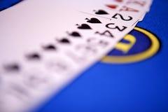 Espalhe cartões para fora platying na tabela do casino Imagens de Stock Royalty Free