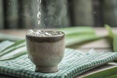 Espalhe copos do chá na tabela de madeira Imagem de Stock