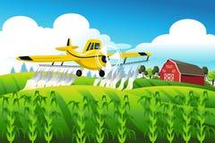 Espanador da colheita que voa sobre um campo Fotografia de Stock