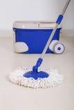 Espanador e cubeta azul para o assoalho de limpeza Foto de Stock Royalty Free
