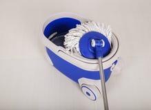 Espanador e cubeta azul para o assoalho de limpeza Foto de Stock