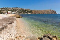 Espanha azul clara de Xabia do mar na praia de Platja de la Grava situada ao sudeste de Denia igualmente conhecido como Javea Fotos de Stock