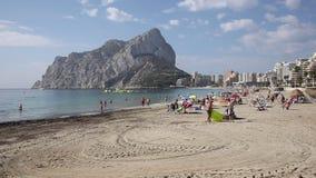 Espanha Costa Blanca de Calp da praia da fossa do La com ideia do ³ n de Ifach de Peñà do marco da rocha vídeos de arquivo