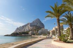 Espanha Costa Blanca de Calp da praia da fossa do La com ideia do ³ n de Ifach de Peñà do marco da rocha Foto de Stock Royalty Free