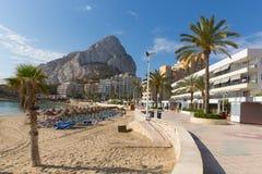 Espanha Costa Blanca de Calp do playa da fossa do La com ideia do ³ n de Ifach de Peñà do marco da rocha Fotografia de Stock Royalty Free