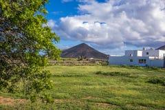 Espanha das ilhas de Oliva Fuerteventura Las Palmas Canary do La cloads e do Mountain View brancos Fotos de Stock