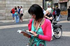 ESPANHA DE BARCELONA - 9 DE JUNHO:: O turista olha-me mapa em um 9 de junho de 2012 Imagem de Stock Royalty Free