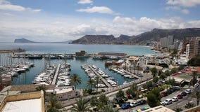 Espanha de Calp com praias do porto, apartamentos e as montanhas distantes filme