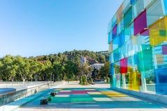 Espanha, Malaga - 04 04 2019: Centre Pompidou colorido do cubo na luz do sol em Malaga, Espanha foto de stock royalty free