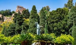 Espanha, Malaga - 04 04 2019: Est?tua do EL Biznaguero em Pedro Luis Alonso Garten na Espanha de Malaga com fundo de Alcazaba imagem de stock royalty free