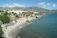 Espanha, Nerja, uma vista à praia fotos de stock royalty free