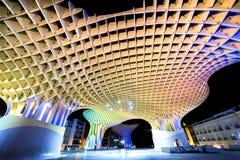ESPANHA - SEVILHA: Opinião da noite do parasol de Metropol na plaza Encarnacion, província da Andaluzia Fotografia de Stock