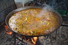 Espanha, uma bandeja do paella que cozinha sobre o carvão vegetal fotos de stock royalty free