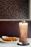 Espanhol Churros com gelado do flutuador da baunilha no mocha congelado escuro foto de stock royalty free