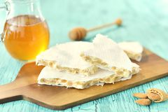 Espanhol tradicional Turon, um prato doce com mel e amêndoas Fotografia de Stock Royalty Free
